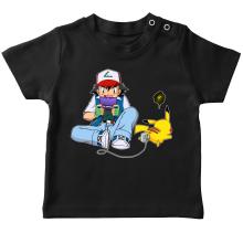 T-shirt bébé  parodique Pikachu et Sasha Ketchum : Batterie de secours :) (Parodie )